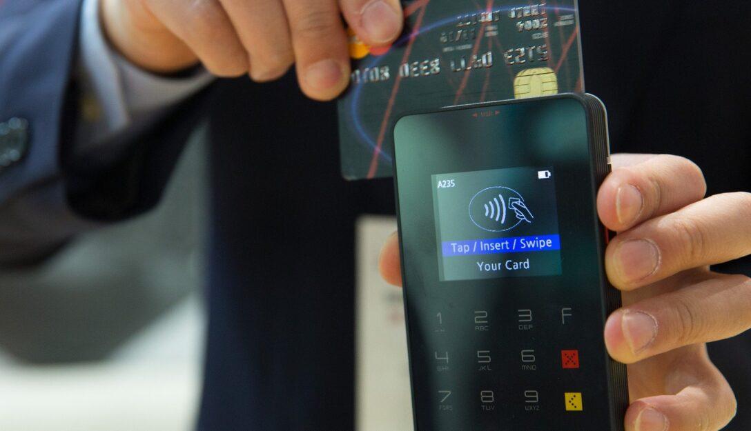Zdjęcie przedstawia terminal płatniczy