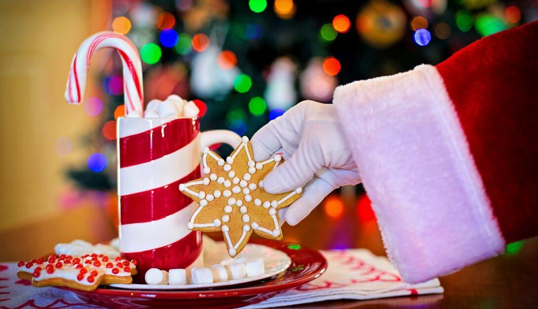 Zdjęcie przedstawia świąteczne ciastka i lizaki