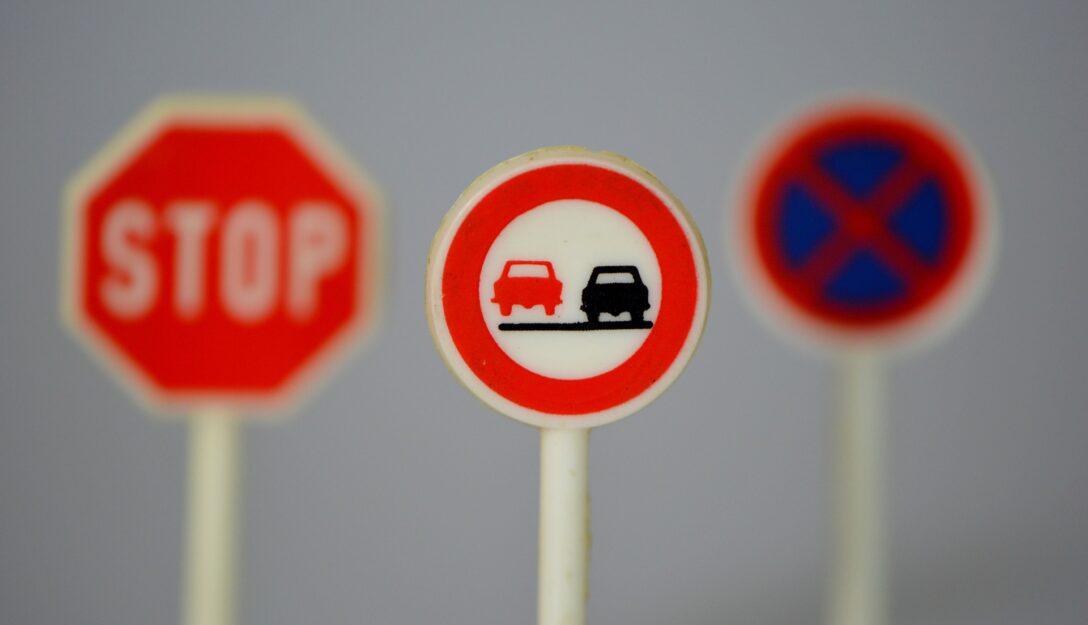 Zdjęcie przedstawia znaki drogowe
