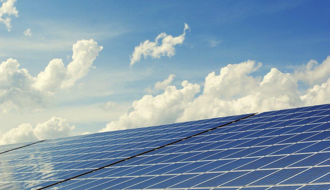 Zdjęcie przedstawia panele solarne